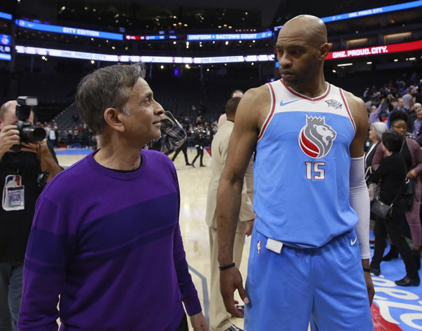 Владелец Sacramento Kings Вивек Ранадив беседует с королем форвардом Винсом Картером после игры 22 марта 2018 года в Сакраменто, Калифорния