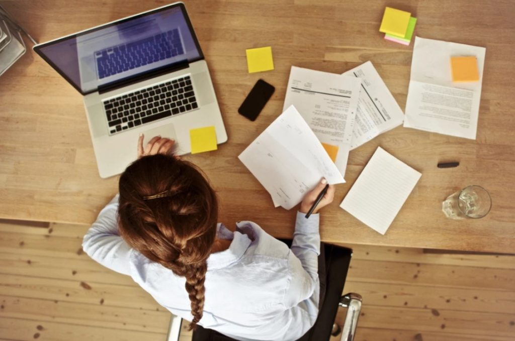 Контент-менеджер, получающий заработок в интернете